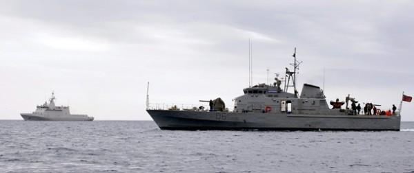 El 'Defender' (primer plano) es escoltado por el patrullero 'Tornado' cuando llegó al Puerto de Santa Cruz de Tenerife. | EFE