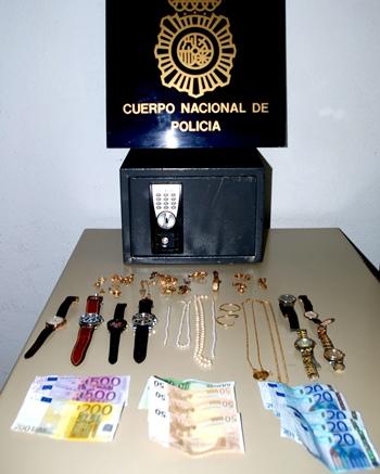 Caja fuerte y material robado. | C.N.P.