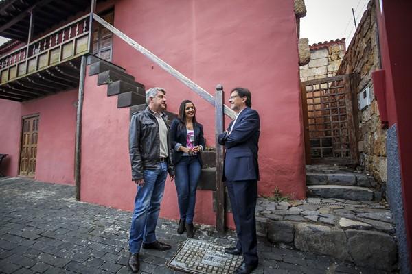 Juan José Lemes, Vanessa Flores y Cristóbal de la Rosa, ante la casa donde nació Secundino Delgado.   DA