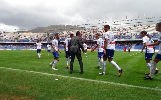Álvaro Cervera saltó al campo de juego para celebrar junto a sus jugadores el primer gol. / DEPORPRESS