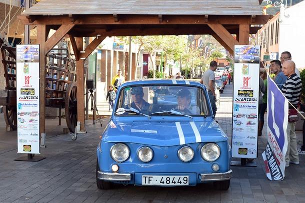 Farizo y Domínguez toman la salida en el Rally Clásico Villa de Tegueste con su Renault.   SERGI MÉNDEZ