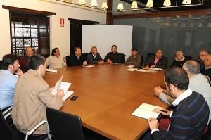Reunión de Fernando Clavijo con la coordinadora de vecinos.    JAVIER GANIVET