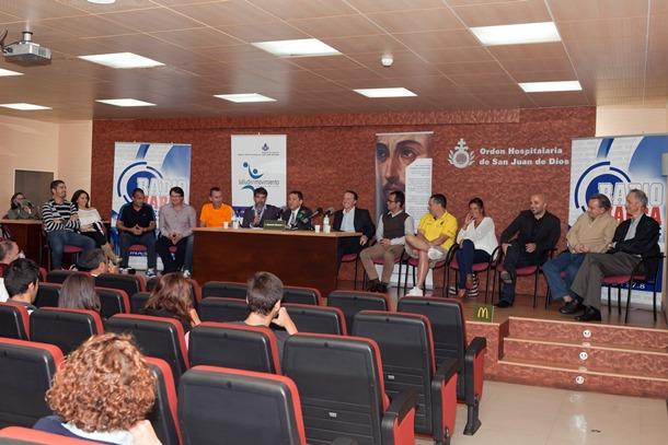 Los deportistas charlaron con especialistas del hospital de San Juan de Dios, en la capital. / DA