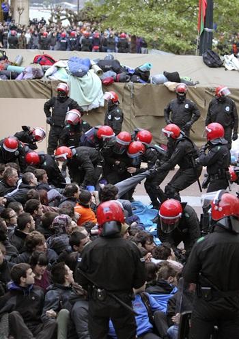 La Ertzaintza arresta a los seis miembros de Segi condenados por el Tribunal Supremo que se encontraban acampados en el Boulevard de San Sebastián. | EFE