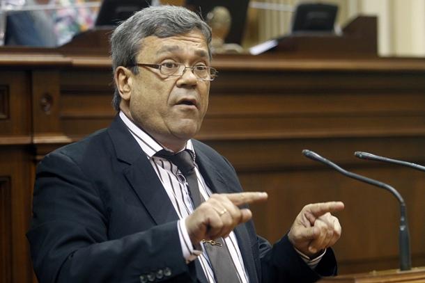 El diputado del PP Miguel Cabrera, ayer en el pleno del Parlamento de Canarias. / CRISTÓBAL GARCÍA (EFE)