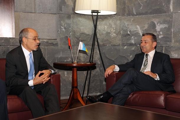 El embajador marroquí, ayer, en Tenerife, con el presidente canario. | DA