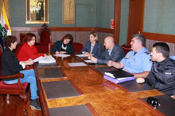 Firma del acuerdo en el salón de plenos del Ayuntamiento isorano. | DA