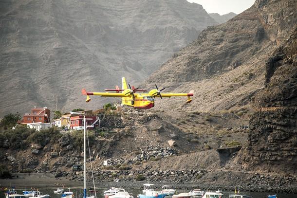 Un hidroavión se aproxima al puerto de Vueltas, en Valle Gran Rey, para cargar agua durante el último incendio en La Gomera. | DA