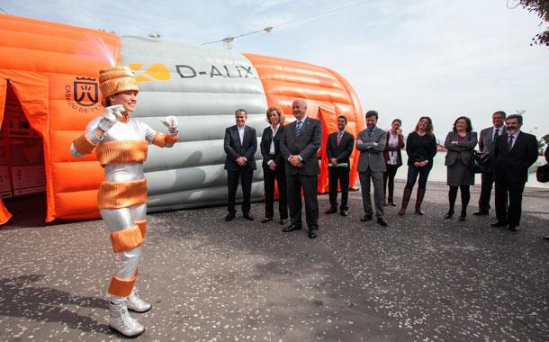 Dentro del tubo hinchable se explica visualmente el proyecto. / DA
