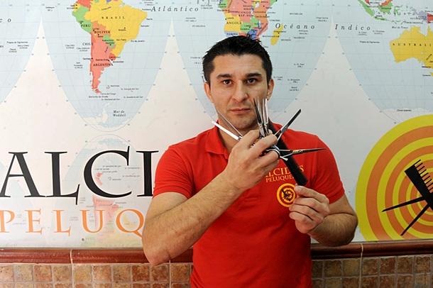 Alcides Ruiz en su peluquería en el Barrio de Salamanca. | JAVIER GANIVET