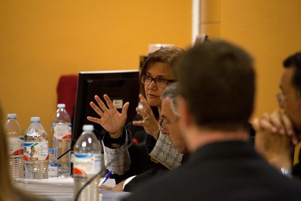La fiscal de violencia de género expone sus argumentos ante el acusado, el pasado lunes en la Audiencia. / F. P.