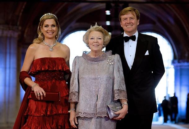 La princesa Máxima de Holanda, la reina Beatriz y el príncipe Guillermo-Alejandro llegan a la cena. / EFE
