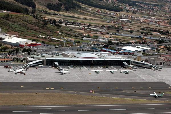 Una de las peticiones es la de ampliar el horario de funcionamiento del aeropuerto de Los Rodeos. | M. P.