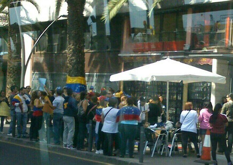 Casi cincuenta personas se han concentrado por fuera del consulado de Venezuela en Tenerife. / DA