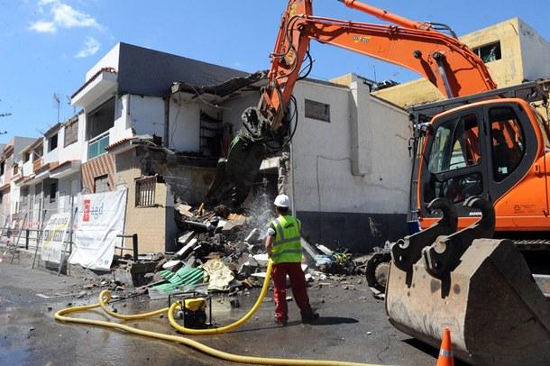 El derribo de las casas antiguas que quedan en Cuesta de Piedra se prolongará a lo largo de un mes. / JAVIER GANIVET