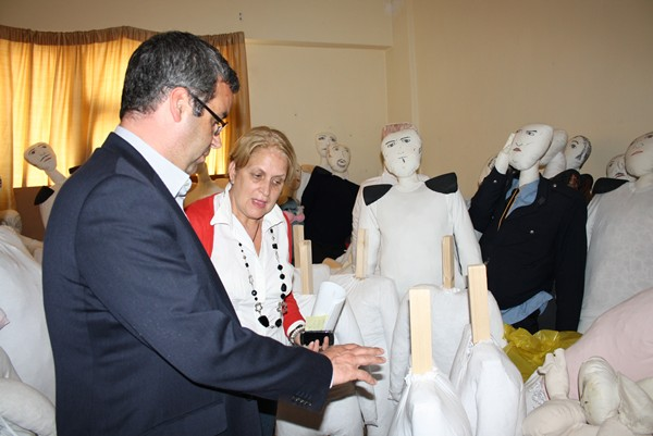 La presidenta de la asociación y el alcalde visitaron el local. | DA