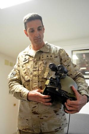 Un militar muestra el casco con visión nocturna.   M. P.
