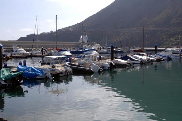 El puerto de Garachico puede ofrecer excursiones en barco a aquellas personas que quieran conocer el encanto de la costa. | MOISÉS PÉREZ
