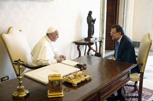 Mariano Rajoy es el primer mandatario europeo en ser recibido por el papa. / DA