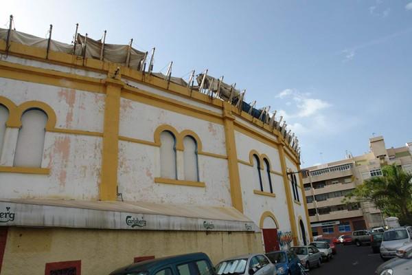 El edificio, a la espera de que se ejecute el proyecto La plaza de todos, ganador del concurso de ideas. | J. G.
