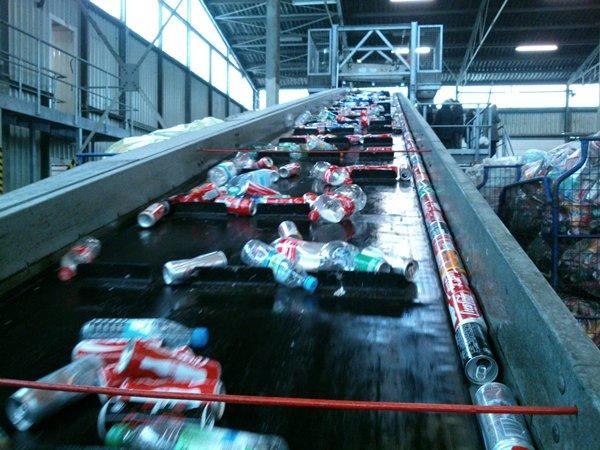 Las empresas recuperadoras de envases reciben residuos limpios y de calidad que compactan para revender a buen precio a industrias de fundición.   DA