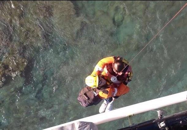 Personal del helicóptero del GES rescata al hombre herido en La Graciosa. | CECOES 1-1-2