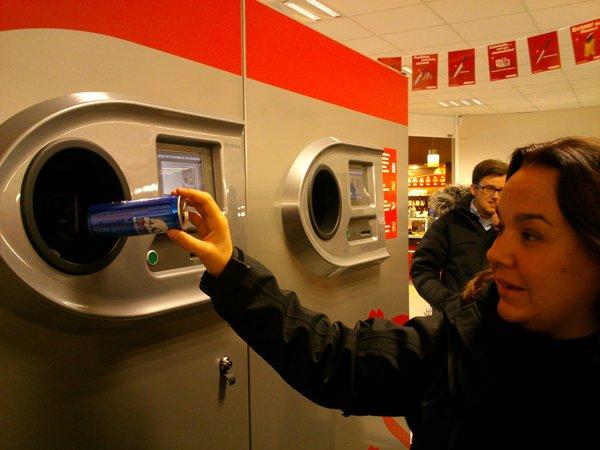 En alemania el consumidor paga 25 céntimos por envase, dinero que reingresa al devolverlo en una máquina o en la caja de una tienda. El comercio gana tres céntimos.   DA