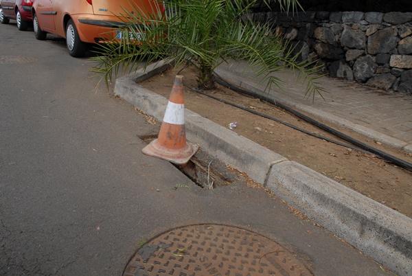 Uno de los conos situado en el extremo de la carretera que da acceso al emblemático parque. | MOISÉS PÉREZ