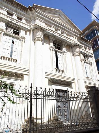 La fachada destaca por su valor arquitectónico y simbólico. | JAVIER GANIVET