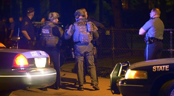 Agentes de policía vigilan en el escenario de un tiroteo en el campus del Massachusetts Institute of Technology (MIT), en la localidad de Watertown, al oeste de Boston. | EFE