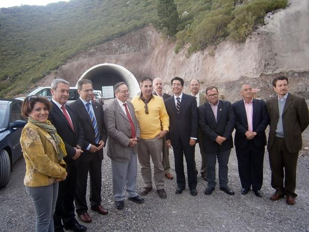 Alcaldes y consejeros frente a la entrada de los túneles de El Bicho, que precisan de nueve millones. / N.DORTA