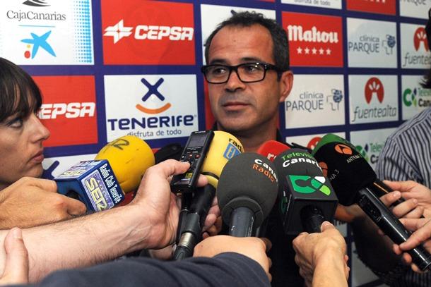 El entrenador en la reuda de prensa celebrada en el estadio. / JAVIER GANIVET