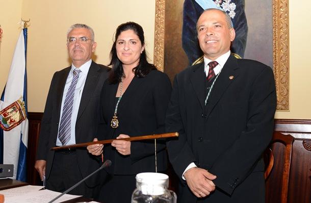 Carmen Luisa Castro, ya alcaldesa, junto a sus socios de gobierno, Alfonso (AxG) y Mederos (CC). / SERGIO MÉNDEZ