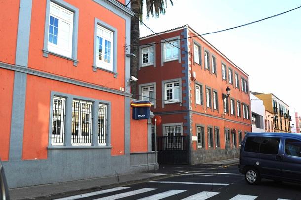 En un calabozo de la Comisaría del CNP en Aguere pasó la noche. / J.G.