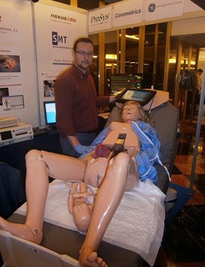 Un simulador de parto se presentó ayer a los especialistas. / N. DORTA