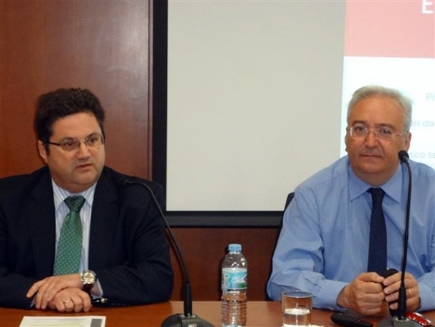 Francisco Serrano (derecha), durante la ponencia. / DA