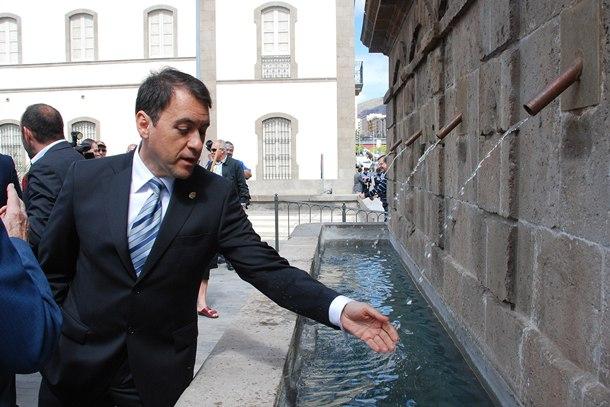 José Manuel Bermúdez se moja la mano en la Fuente de Morales. | DA