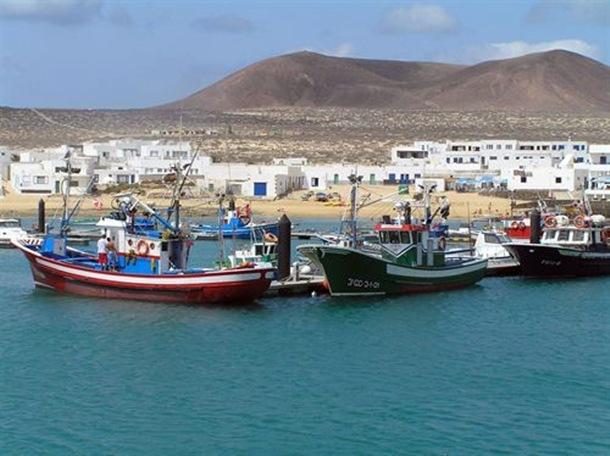 Varios pesqueros frente a Caleta de Sebo.   PUERTOS CANARIOS