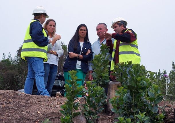 La delegada del Gobierno, acompañada por Luz Reverón y Javier Trujillo.   DA
