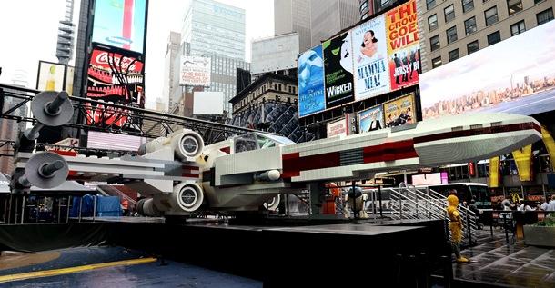 Nave de Stars Wars hecha con 5 millones de piezas de Lego en Times Square