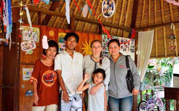 Begoña (2d), junto a una trabajadora y varios residentes del centro de Ubud. / DA