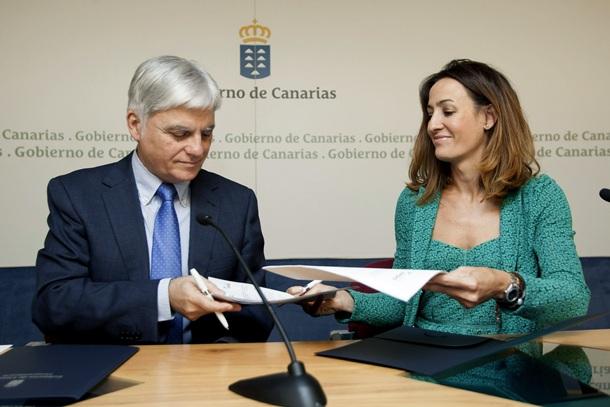José Miguel Pérez y Raquel Montes durante la firma del convenio. | EFE
