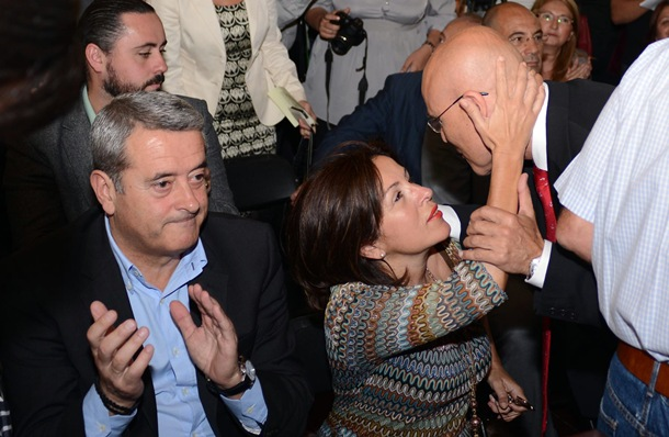 Rafael Yanes es consolado por Lola Padrón. | SERGIO MÉNDEZ