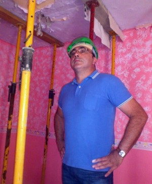 Ricardo González, en una de las viviendas con aluminosis de Las Chumberas. / DA