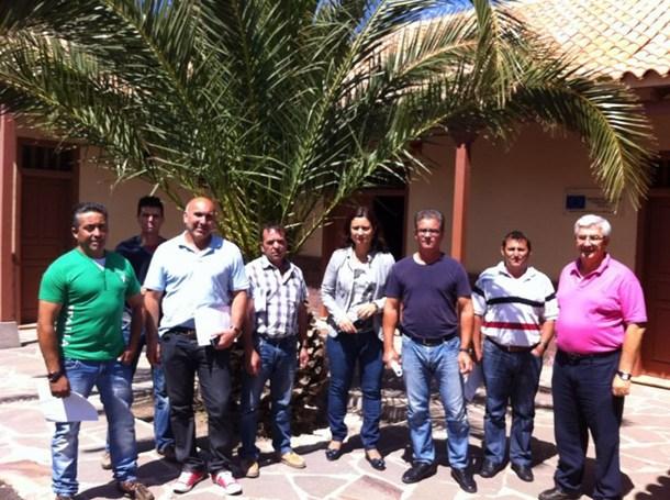 La consejera Ventura del Carmen Rodríguez, con los empresarios. / DA