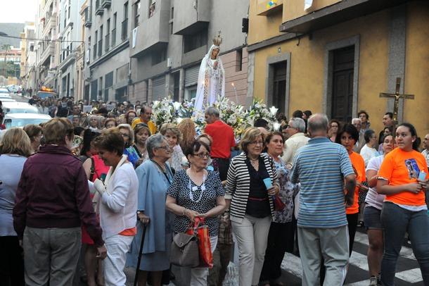 Procesión de la imagen de la Virgen de Fatima por una de las calles del barrio de Salamanca. | JAVIER GANIVET