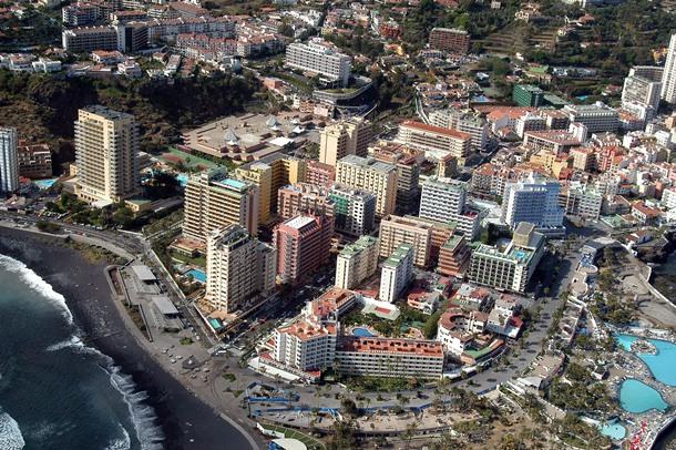 Vista aérea de la zona de Martiánez, en Puerto de la Cruz.   MOISÉS PÉREZ