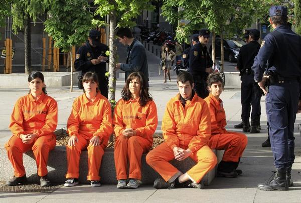 Un grupo de activistas reducidos y retenidos por la Policía.   EFE