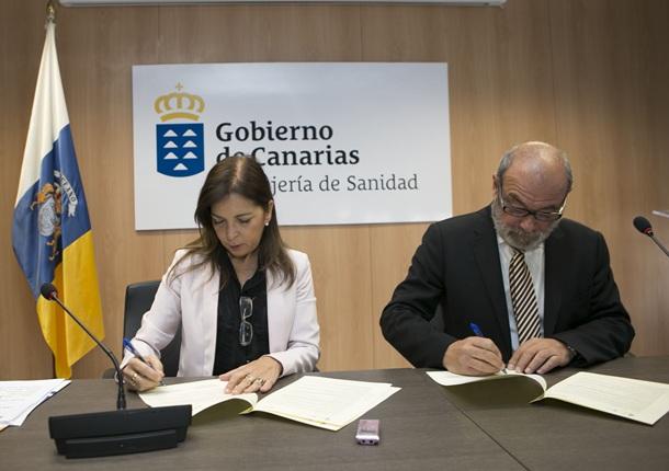 La consejera de Sanidad, Brígida Mendoza, y el director de Relaciones Institucionales y Comunicación BinterCanarias, José Luis Reina, durante la firma del acuerdo.   DA