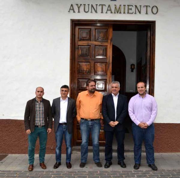 Los presentes posaron a las puertas del Ayuntamiento del municipio silense.   MOISÉS PÉREZ